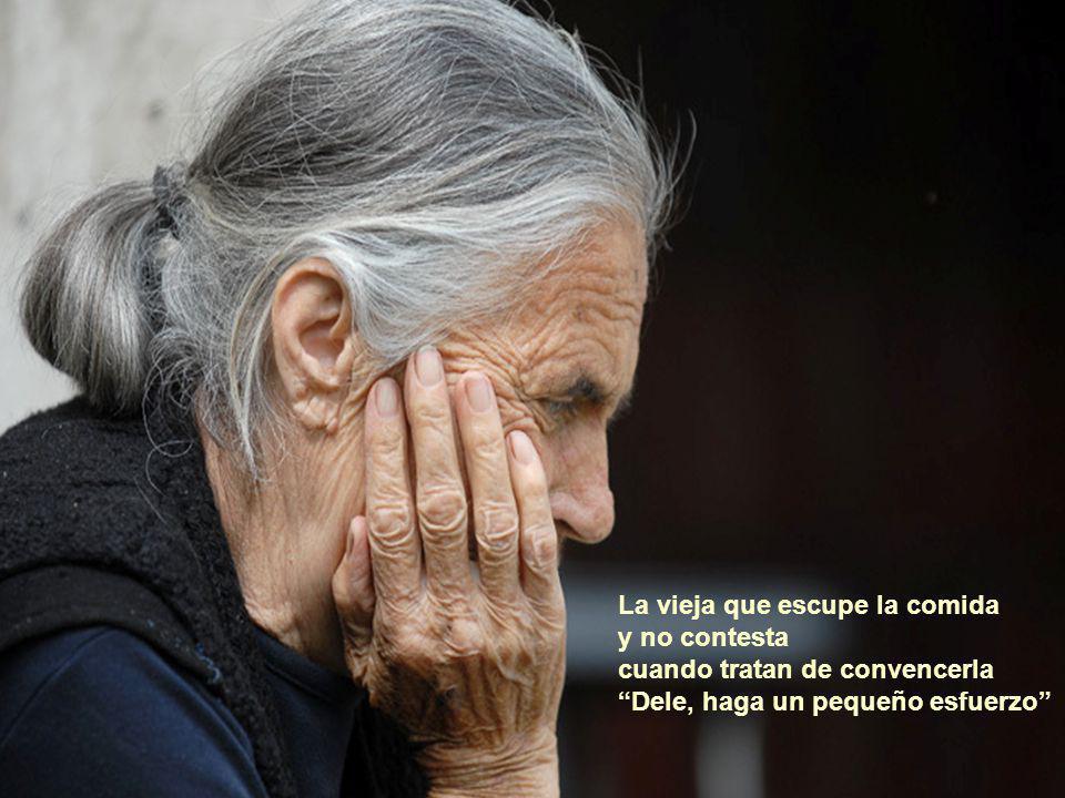 La vieja que escupe la comida