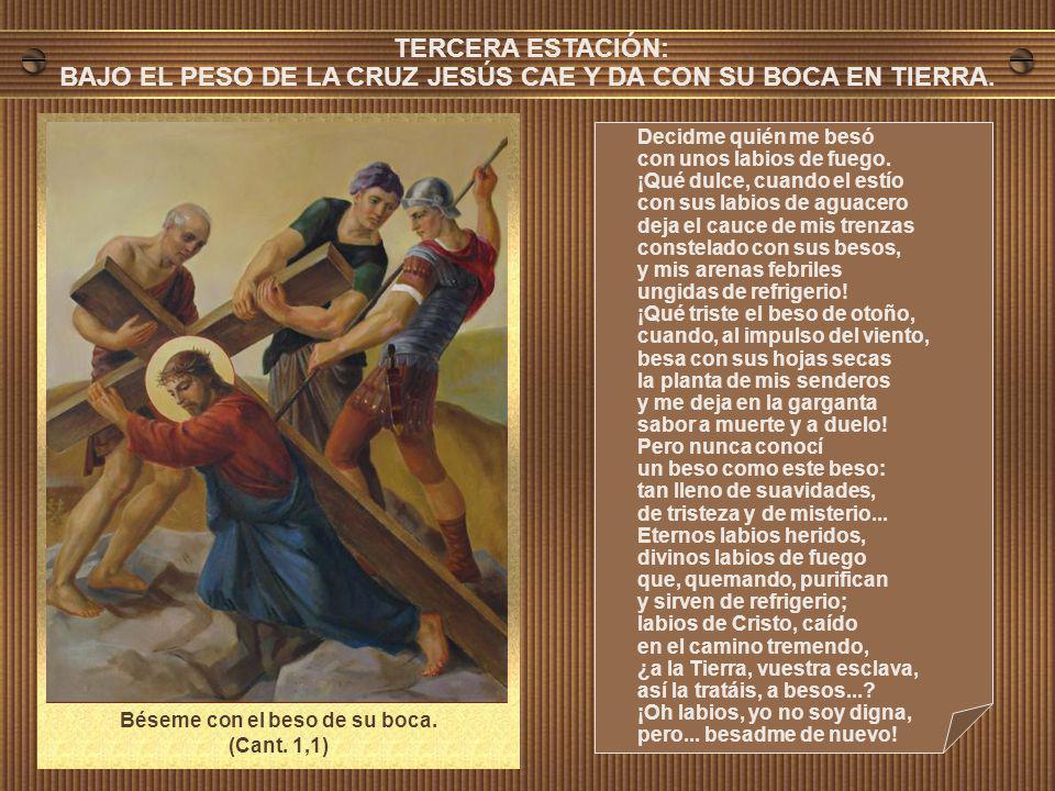 BAJO EL PESO DE LA CRUZ JESÚS CAE Y DA CON SU BOCA EN TIERRA.