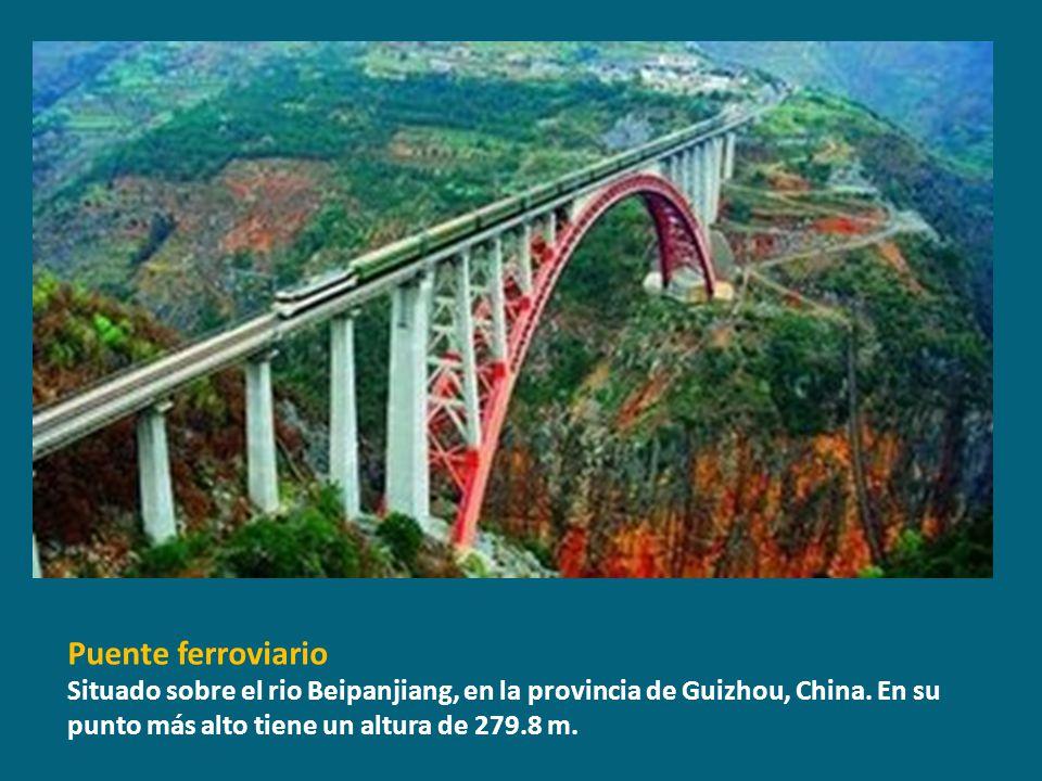 Puente ferroviario Situado sobre el rio Beipanjiang, en la provincia de Guizhou, China.