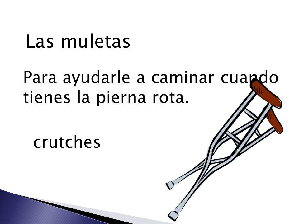 Las muletas Para ayudarle a caminar cuando tienes la pierna rota.