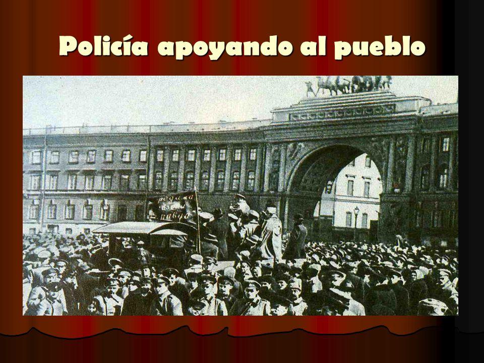 Policía apoyando al pueblo