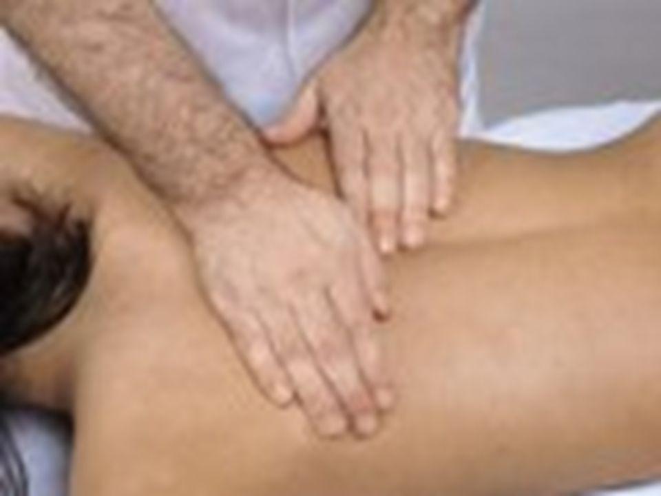 Los quiroprácticos que se especializan en el tratamiento del dolor lumbar intentan mejorar la función de las articulaciones y el sistema nervioso mediante el ajuste de las subluxaciones vertebrales. Los ajustes espinales manuales son la clave del tratamiento quiropráctico y, de hecho, la palabra quiropráctico deriva de dos palabras griegas: cheiros y praktikos , que juntas significan hecho con las manos .