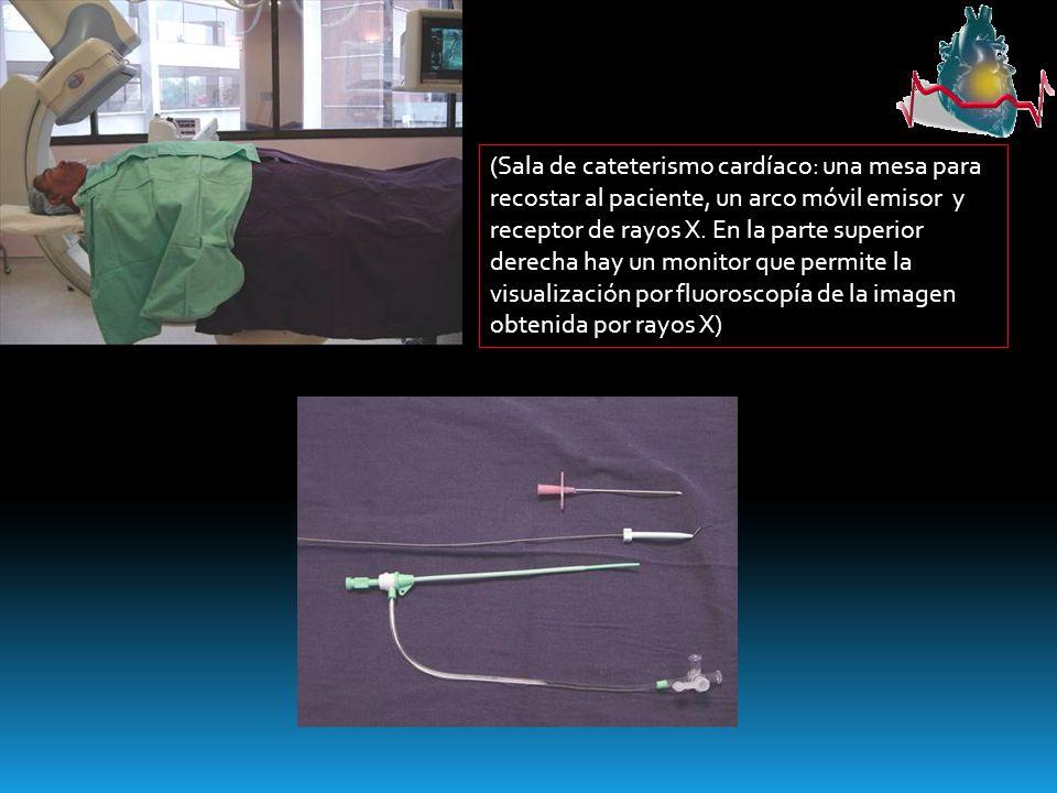 (Sala de cateterismo cardíaco: una mesa para recostar al paciente, un arco móvil emisor y receptor de rayos X.