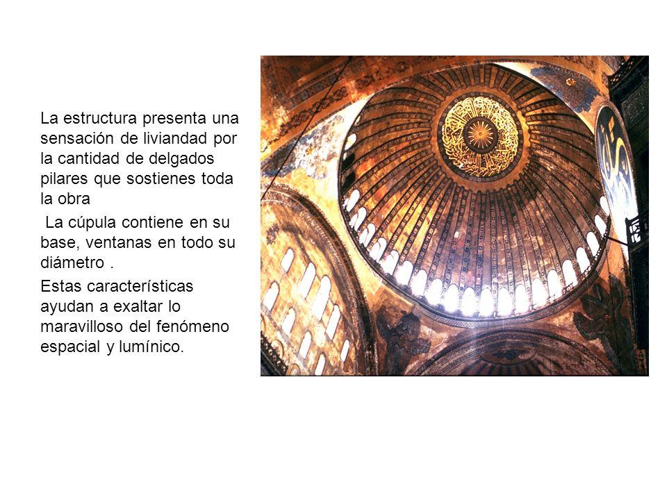 La estructura presenta una sensación de liviandad por la cantidad de delgados pilares que sostienes toda la obra