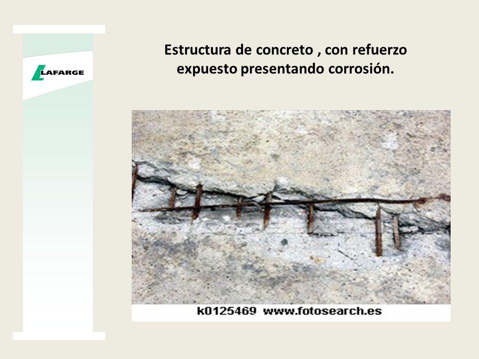 Estructura de concreto , con refuerzo expuesto presentando corrosión.
