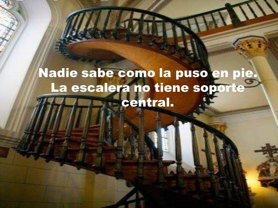 Nadie sabe como la puso en pie. La escalera no tiene soporte central.