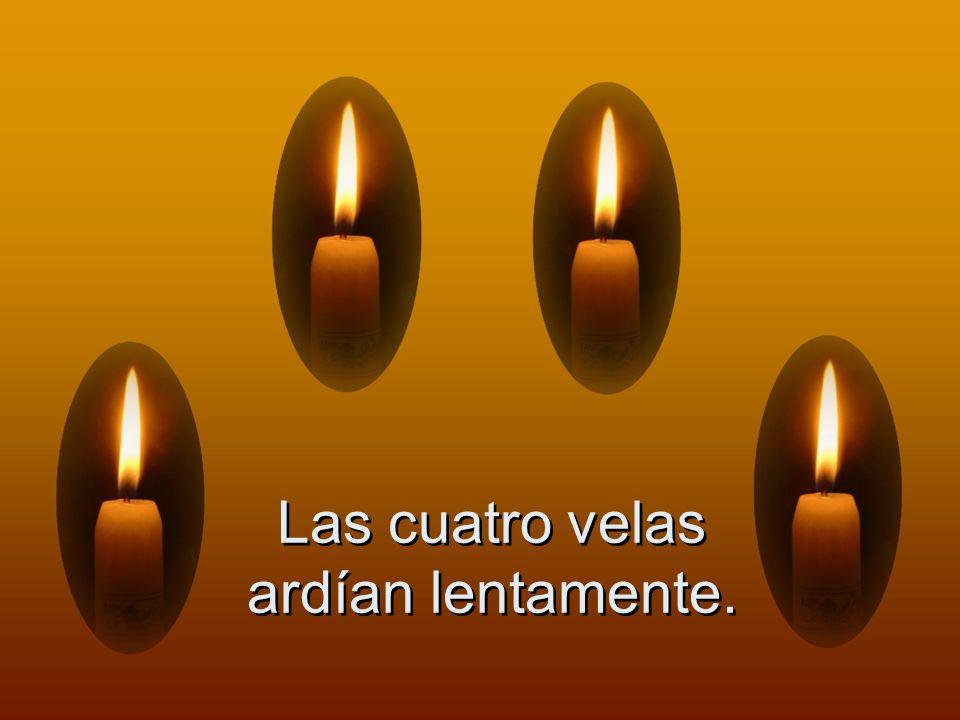 Las cuatro velas ardían lentamente.