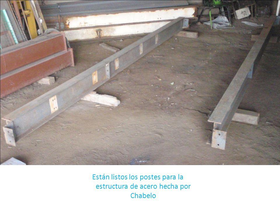 Están listos los postes para la estructura de acero hecha por Chabelo