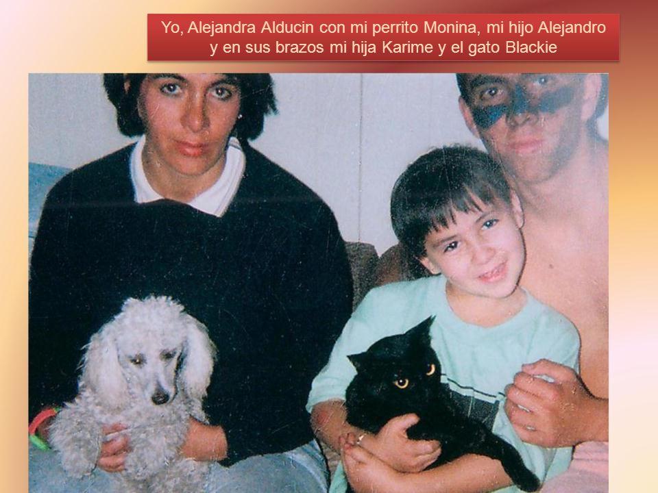 Yo, Alejandra Alducin con mi perrito Monina, mi hijo Alejandro y en sus brazos mi hija Karime y el gato Blackie
