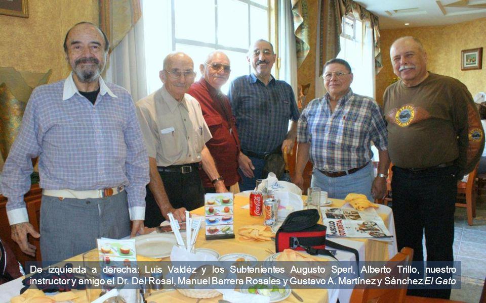 De izquierda a derecha: Luis Valdéz y los Subtenientes Augusto Sperl, Alberto Trillo, nuestro instructor y amigo el Dr.