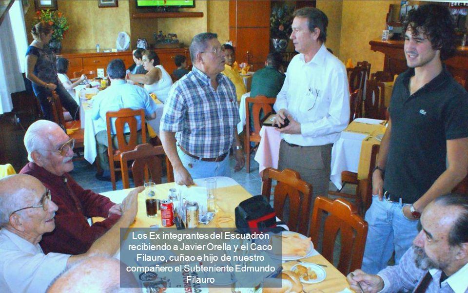 Los Ex integrantes del Escuadrón recibiendo a Javier Orella y el Caco Filauro, cuñao e hijo de nuestro compañero el Subteniente Edmundo Filauro