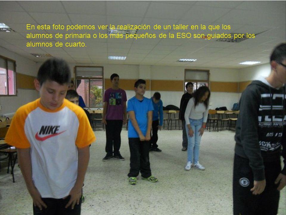 En esta foto podemos ver la realización de un taller en la que los alumnos de primaria o los más pequeños de la ESO son guiados por los alumnos de cuarto.