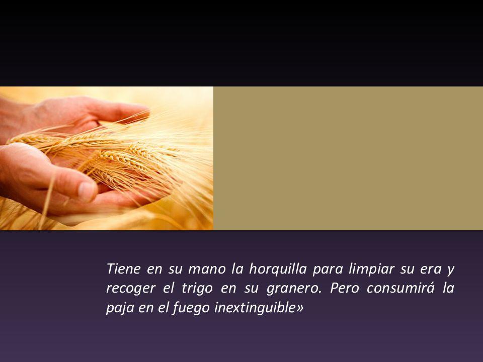 Tiene en su mano la horquilla para limpiar su era y recoger el trigo en su granero.