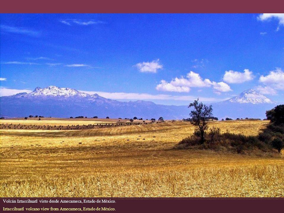 Volcán Iztaccihuatl visto desde Amecameca, Estado de México.