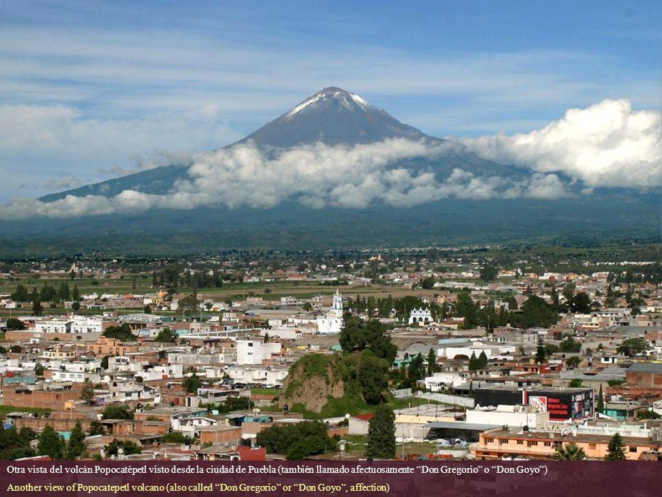 Otra vista del volcán Popocatépetl visto desde la ciudad de Puebla (también llamado afectuosamente Don Gregorio o Don Goyo )
