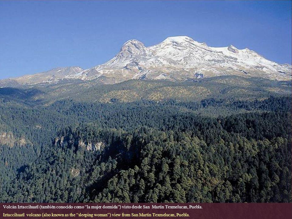 Volcán Iztaccihuatl (también conocido como la mujer dormida ) visto desde San Martin Texmelucan, Puebla.