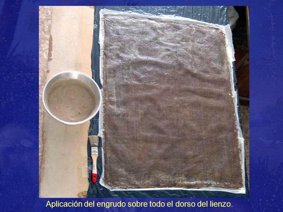 Aplicación del engrudo sobre todo el dorso del lienzo.