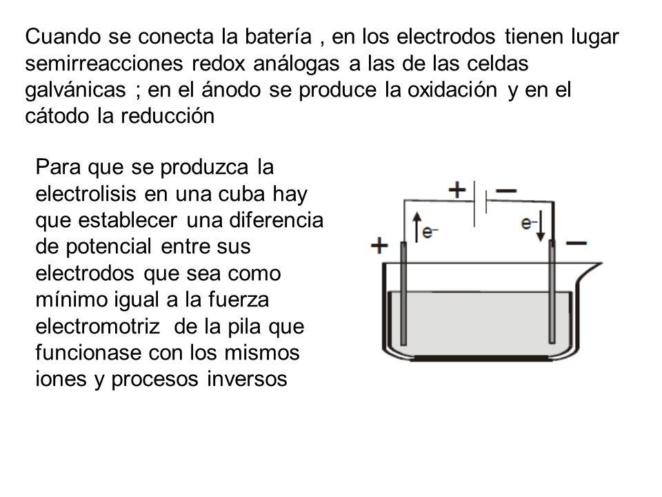 Cuando se conecta la batería , en los electrodos tienen lugar semirreacciones redox análogas a las de las celdas galvánicas ; en el ánodo se produce la oxidación y en el cátodo la reducción