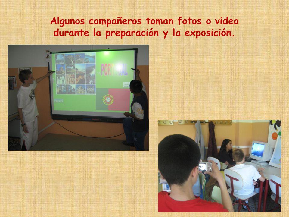 Algunos compañeros toman fotos o video durante la preparación y la exposición.