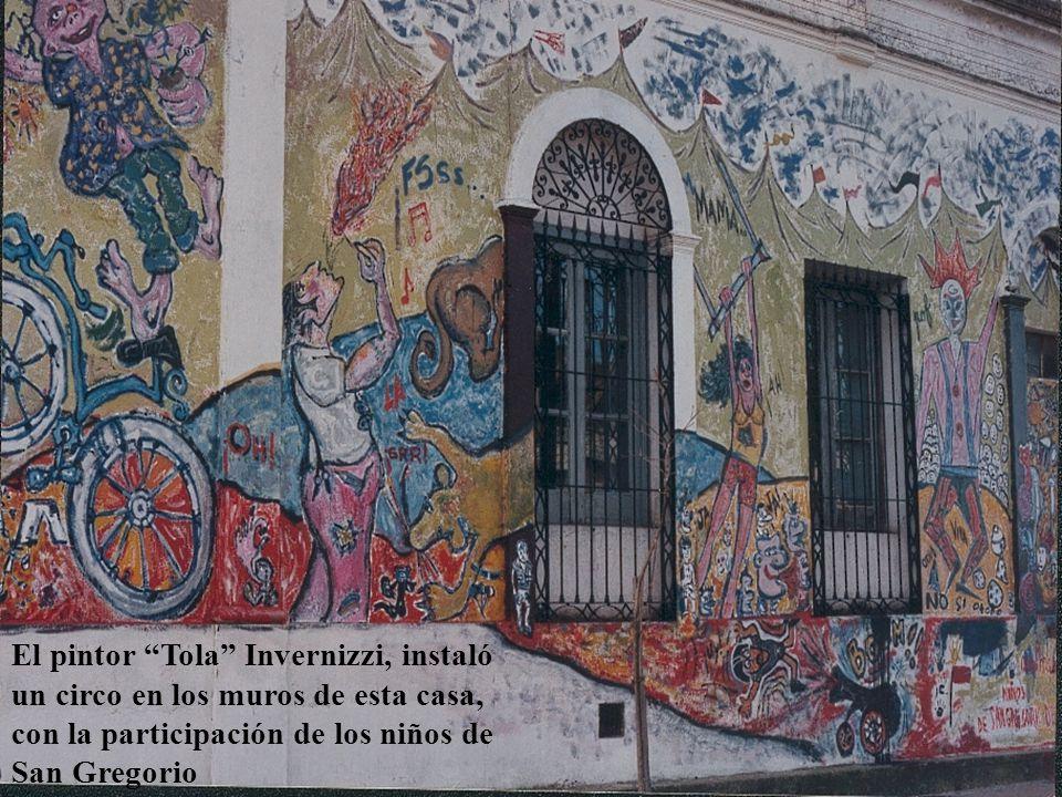 El pintor Tola Invernizzi, instaló un circo en los muros de esta casa, con la participación de los niños de San Gregorio