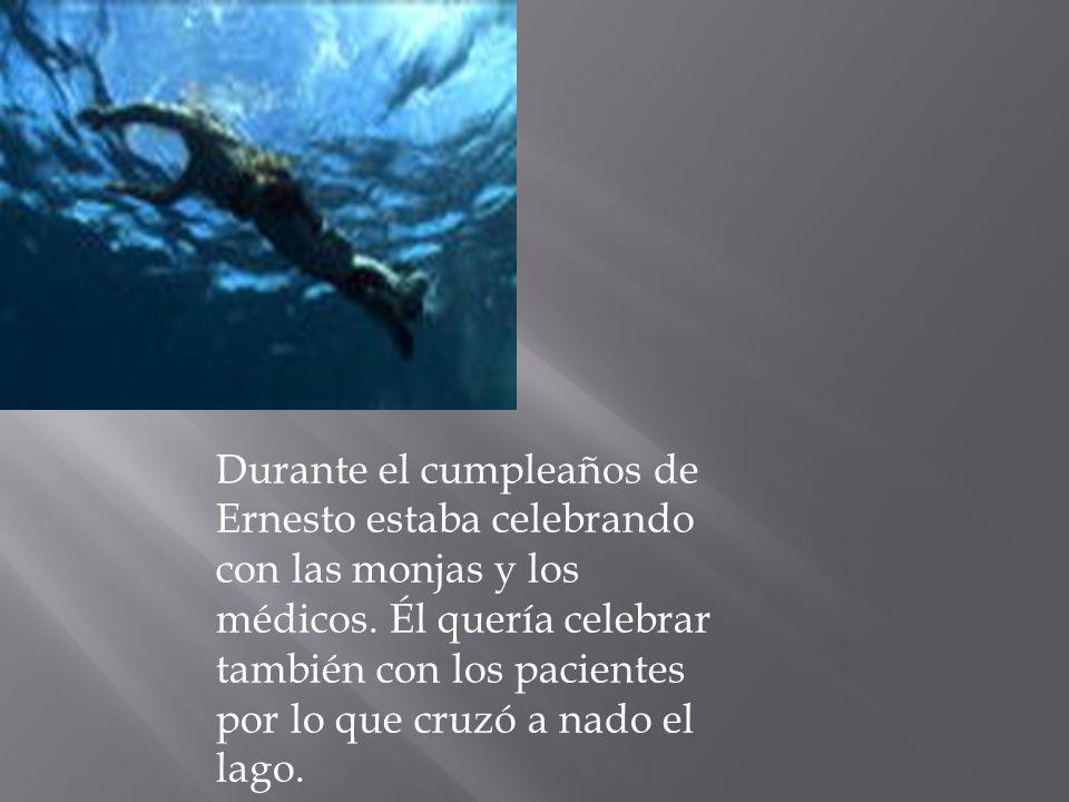 Durante el cumpleaños de Ernesto estaba celebrando con las monjas y los médicos.