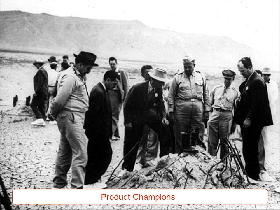 El de sombrero blanco es Oppenheimer, el líder científico del equipo