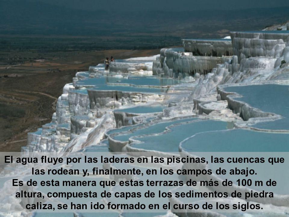 El agua fluye por las laderas en las piscinas, las cuencas que las rodean y, finalmente, en los campos de abajo.
