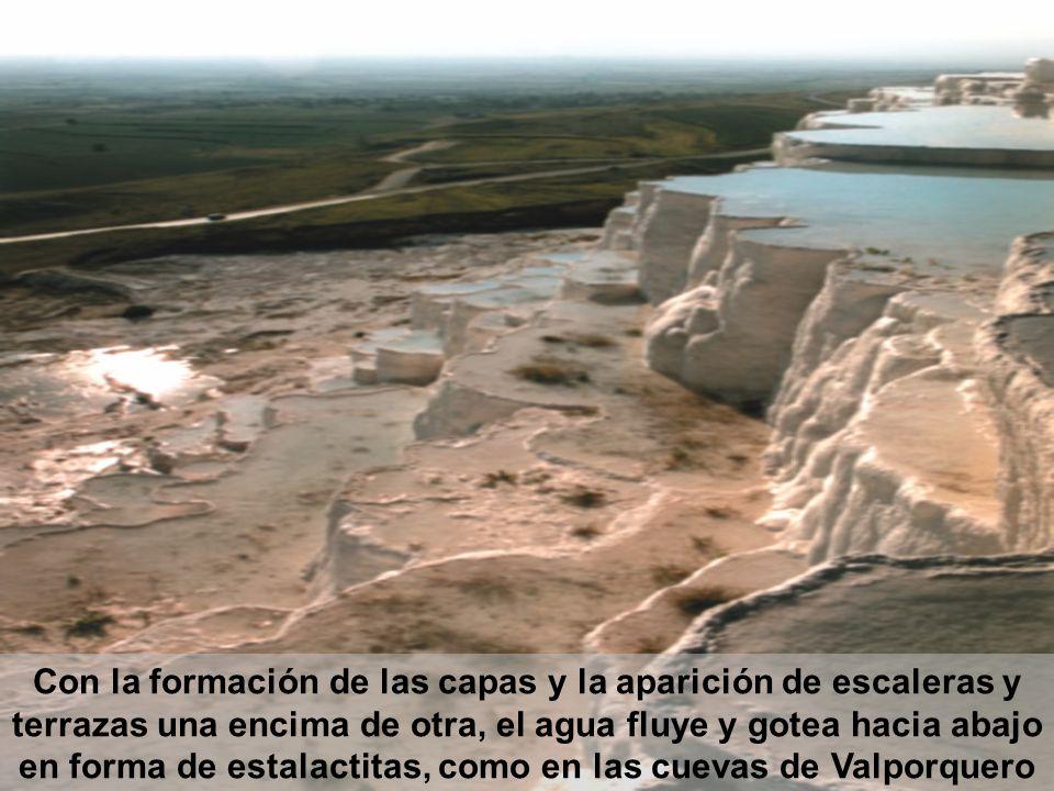 Con la formación de las capas y la aparición de escaleras y terrazas una encima de otra, el agua fluye y gotea hacia abajo en forma de estalactitas, como en las cuevas de Valporquero