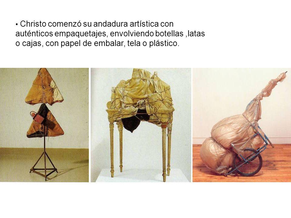 Christo comenzó su andadura artística con auténticos empaquetajes, envolviendo botellas ,latas o cajas, con papel de embalar, tela o plástico.