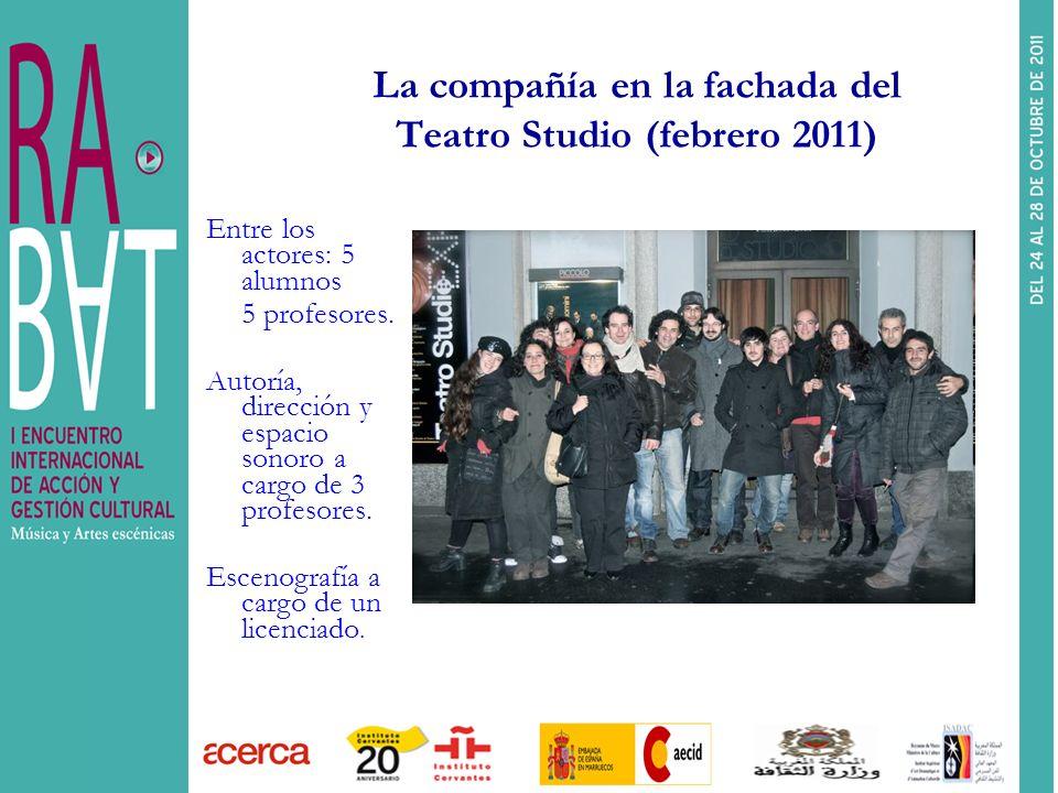La compañía en la fachada del Teatro Studio (febrero 2011)