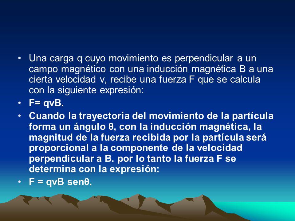 Una carga q cuyo movimiento es perpendicular a un campo magnético con una inducción magnética B a una cierta velocidad v, recibe una fuerza F que se calcula con la siguiente expresión: