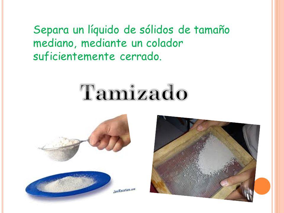 Separa un líquido de sólidos de tamaño mediano, mediante un colador suficientemente cerrado.