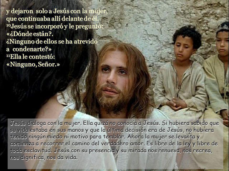 y dejaron solo a Jesús con la mujer, que continuaba allí delante de él