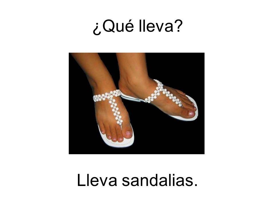 ¿Qué lleva Lleva sandalias.