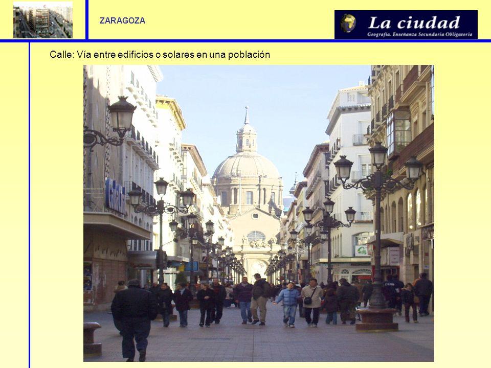 Calle: Vía entre edificios o solares en una población