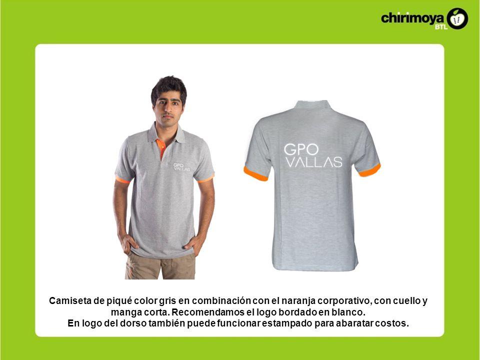 Camiseta de piqué color gris en combinación con el naranja corporativo, con cuello y manga corta. Recomendamos el logo bordado en blanco.