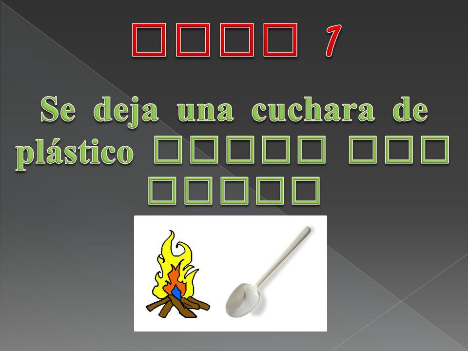 Se deja una cuchara de plástico cerca del fuego