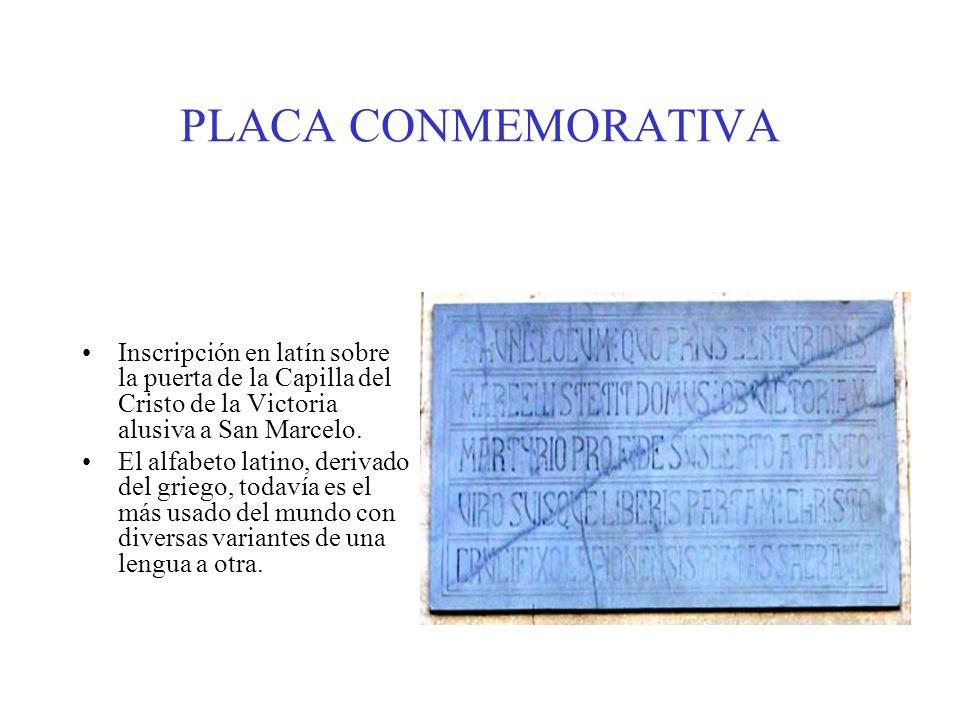 PLACA CONMEMORATIVA Inscripción en latín sobre la puerta de la Capilla del Cristo de la Victoria alusiva a San Marcelo.