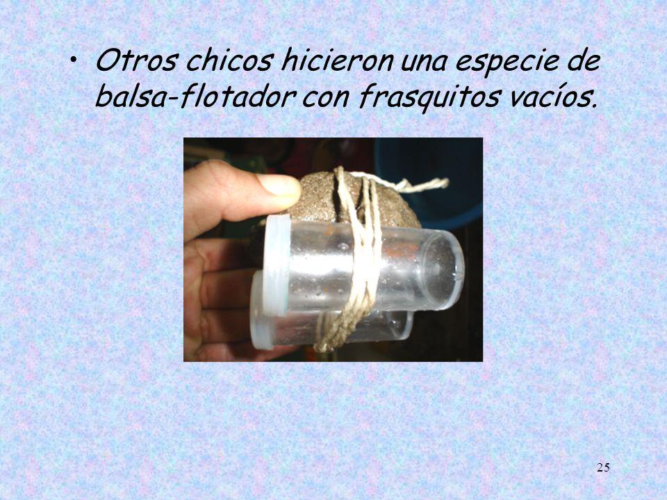 Otros chicos hicieron una especie de balsa-flotador con frasquitos vacíos.