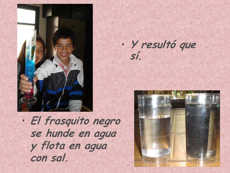 Y resultó que sí. El frasquito negro se hunde en agua y flota en agua con sal.