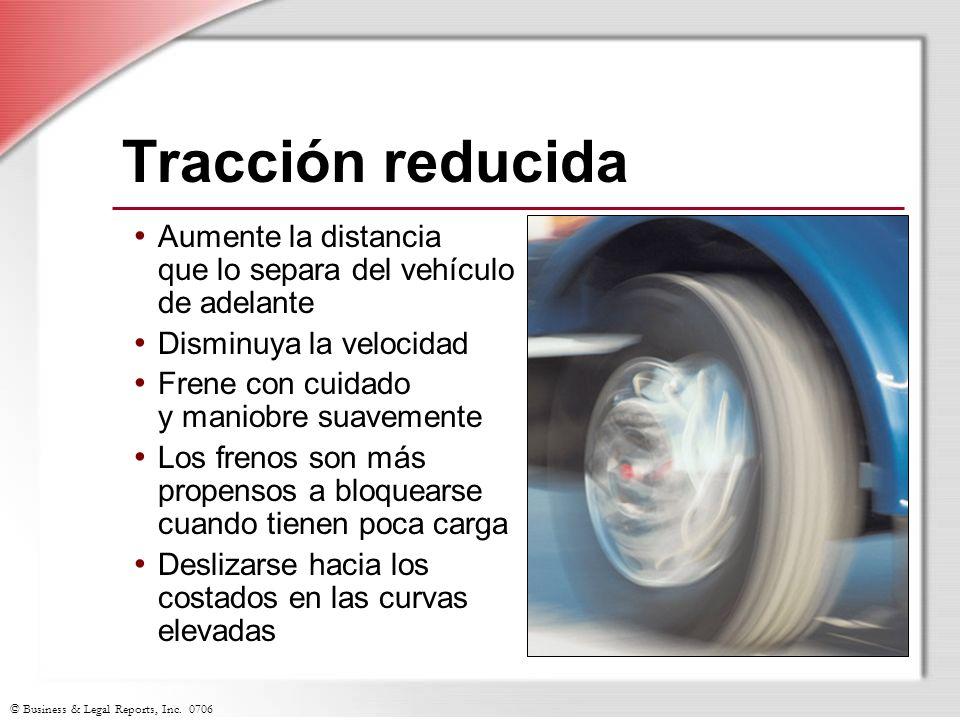 Tracción reducida Aumente la distancia que lo separa del vehículo de adelante. Disminuya la velocidad.