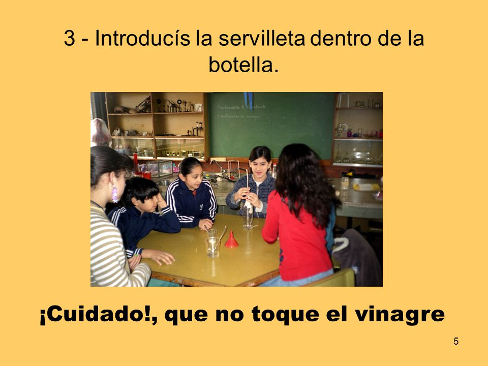 3 - Introducís la servilleta dentro de la botella.