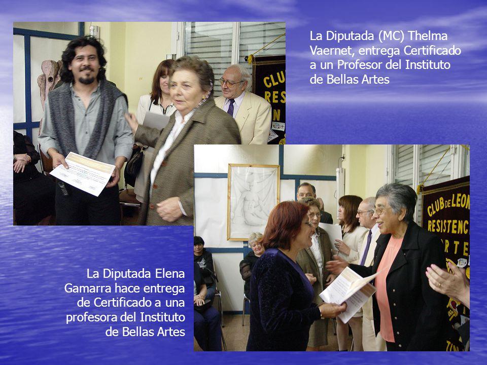 La Diputada (MC) Thelma Vaernet, entrega Certificado a un Profesor del Instituto de Bellas Artes