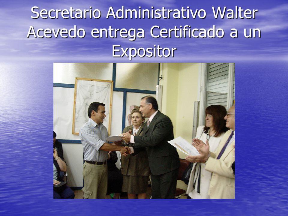 Secretario Administrativo Walter Acevedo entrega Certificado a un Expositor