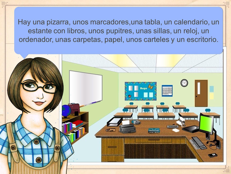 Hay una pizarra, unos marcadores,una tabla, un calendario, un estante con libros, unos pupitres, unas sillas, un reloj, un ordenador, unas carpetas, papel, unos carteles y un escritorio.