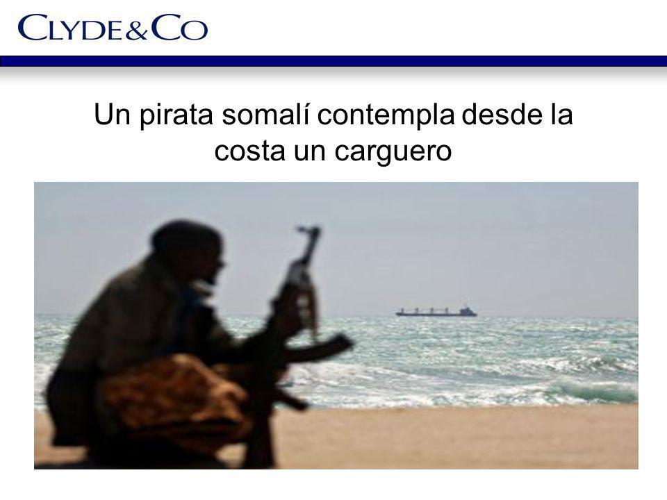 Un pirata somalí contempla desde la