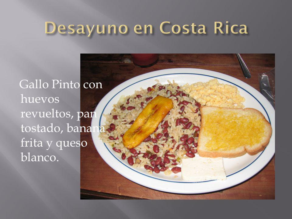 Desayuno en Costa Rica Gallo Pinto con huevos revueltos, pan tostado, banana frita y queso blanco.