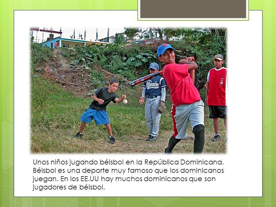Unos niños jugando béisbol en la República Dominicana