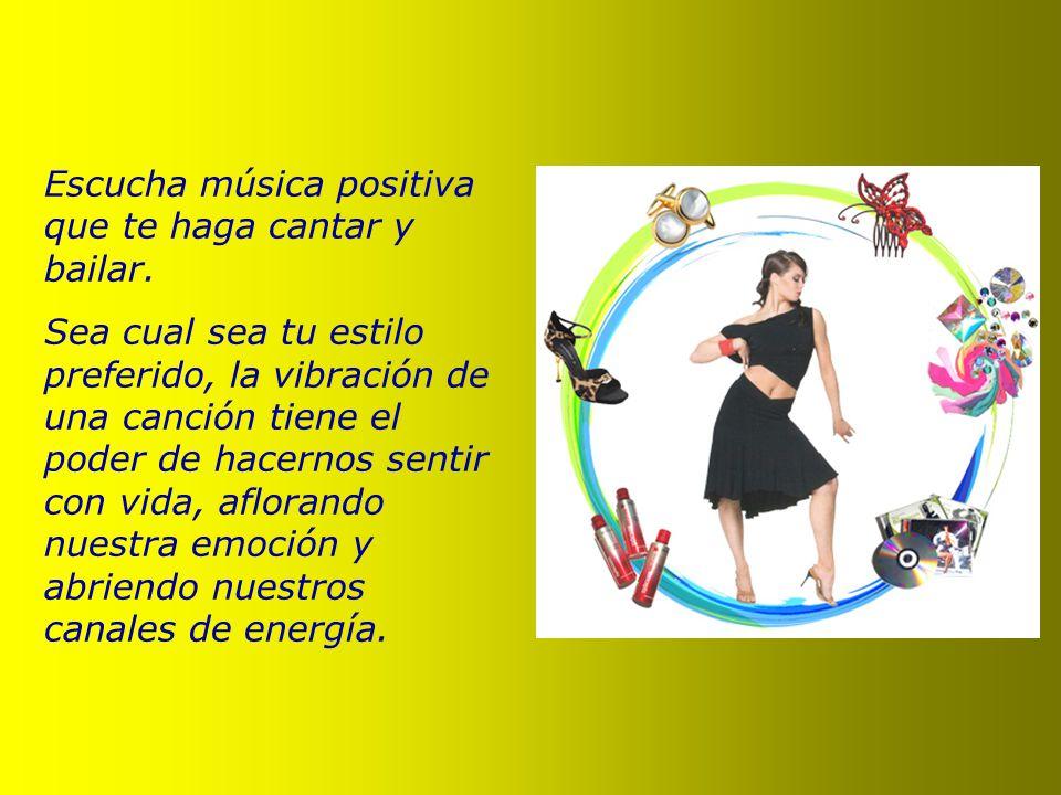 Escucha música positiva que te haga cantar y bailar.