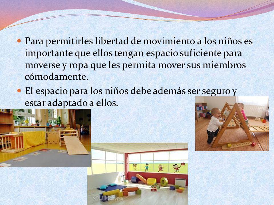 Para permitirles libertad de movimiento a los niños es importante que ellos tengan espacio suficiente para moverse y ropa que les permita mover sus miembros cómodamente.
